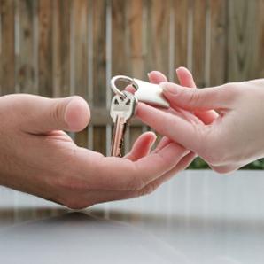 La clé d'une voiture est disponible auprès d'un organisme de crédit